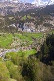 Ajardine a vista com montanha, campo, medaw, casa, hotel, árvore, Imagem de Stock Royalty Free