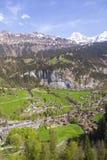 Ajardine a vista com montanha, campo, medaw, casa, hotel, árvore, Foto de Stock Royalty Free