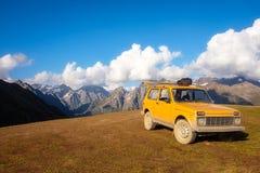 Ajardine a vista com montanhas e o carro offroad, parque nacional de Svaneti Imagens de Stock