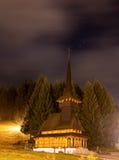 Ajardine a vista com uma igreja na noite Fotos de Stock