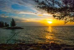 Ajardine a vista da água, do céu e das nuvens durante o por do sol, cidade Bintulu, Bornéu, Sarawak, Malásia Pantai Temasya Tanju Fotos de Stock Royalty Free