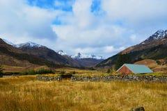 Ajardine a vista da casa de campo no campo Imagens de Stock