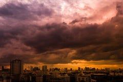 Ajardine a vista da cidade com céu e as nuvens coloridos no por do sol, antes da tempestade pesada e chuvoso Imagens de Stock