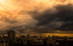 Ajardine a vista da cidade com céu e as nuvens coloridos no por do sol, antes da tempestade pesada e chuvoso Foto de Stock