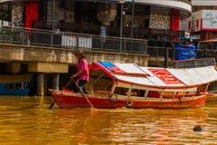 Ajardine a vista da cidade e do rio de Sarawak Barco tradicional local para turistas Kuching, Bornéu, Malásia Fotos de Stock
