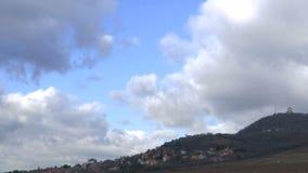 Ajardine a vista da cidade no monte - lapso de tempo vídeos de arquivo