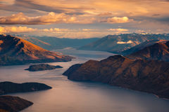Ajardine a vista da cordilheira e do lago no nascer do sol, lago Wanaka, NZ Fotografia de Stock