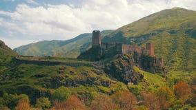 Ajardine a vista da fortaleza antiga nas montanhas de Geórgia vídeos de arquivo