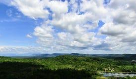 Ajardine a vista da montanha com céu azul e nuvens Fotos de Stock Royalty Free
