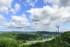 Ajardine a vista da montanha com céu azul e nuvens Foto de Stock