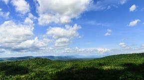 Ajardine a vista da montanha com céu azul e nuvens Imagem de Stock