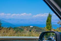 Ajardine a vista da montanha e do mar de uma janela de carro Seascape e opinião de parque nacional através da janela de carro Alu Imagens de Stock