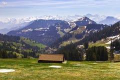 Ajardine a vista da montanha da neve dos cumes com bonde bonde Fotografia de Stock