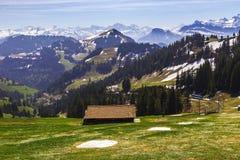 Ajardine a vista da montanha da neve dos cumes com bonde bonde Imagens de Stock Royalty Free