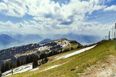 Ajardine a vista da montanha da neve dos cumes com o pinheiro que olha de Imagem de Stock