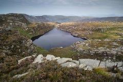 Ajardine a vista da parte superior da montanha na manhã enevoada através do coun Fotos de Stock Royalty Free