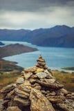 Ajardine a vista da pirâmide da rocha com fundo das montanhas, NZ Imagem de Stock Royalty Free