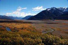 Ajardine a vista da planície de inundação do rio em Nova Zelândia Foto de Stock Royalty Free