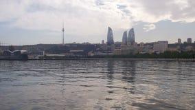 Ajardine a vista da terraplenagem de Baku, de Azerbaijão, do mar Cáspio, dos arranha-céus e de torres flamejantes video estoque