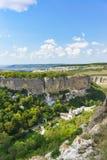 Ajardine a vista de cima no limite natural de Mariam-Dere, monastério ortodoxo da caverna da suposição santamente nas montanhas c foto de stock