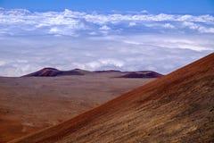 Ajardine a vista de crateras vulcânicas acima das nuvens em Mauna Kea, Havaí Fotos de Stock Royalty Free