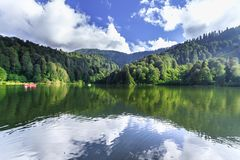 Ajardine a vista de Karagol (lago preto) em Savsat, Artvin, Turquia Foto de Stock