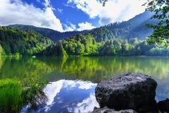 Ajardine a vista de Karagol (lago preto) em Savsat, Artvin, Turquia Imagem de Stock Royalty Free