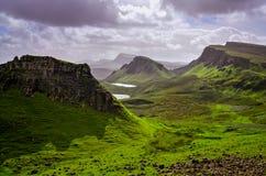 Ajardine a vista de montanhas de Quiraing na ilha de Skye, h escocês Foto de Stock