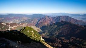 Ajardine a vista de montes coloridos da montanha na queda Fotografia de Stock