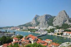 Ajardine a vista de Omis,  a de BabnjaÄ, Cetina Foto de Stock Royalty Free