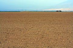 Ajardine a vista de um campo e de um céu da sujeira Imagens de Stock Royalty Free