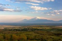Ajardine a vista de uma vila armênia no vale de Ararat com Imagens de Stock Royalty Free