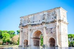 Ajardine a vista do arco de Constantim nos feriados ensolarados, lotes dos tousists, férias de verão, Roma, Itália Fotografia de Stock Royalty Free