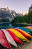 Ajardine a vista do lago com barcos coloridos, Rocky Mountains moraine Fotografia de Stock