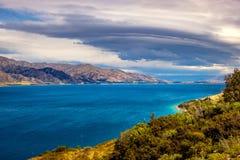 Ajardine a vista do lago Hawea e das montanhas com céu dramático, NZ Fotografia de Stock