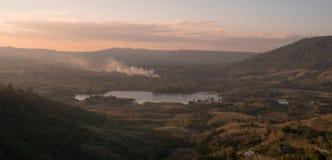 Ajardine a vista do lago nas montanhas no tempo do nascer do sol com a ANSR Imagem de Stock Royalty Free