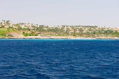 Ajardine a vista do mar, o litoral com hotéis e as palmeiras Imagem de Stock Royalty Free