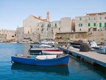 Ajardine a vista do porto de Giovinazzo. Apulia. Fotografia de Stock Royalty Free