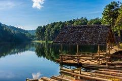 Ajardine a vista do reservatório de Huai Makhuea Som com as jangada de bambu da madeira serrada Fotografia de Stock Royalty Free