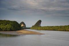 Ajardine a vista do rio de Krabi em Tailândia 3Sul da Ásia com as rochas cobertas com a vegetação e a pouca praia da areia Fotos de Stock Royalty Free