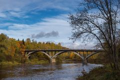 Ajardine a vista do rio Gauja com a ponte velha, Letónia Fotos de Stock