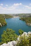 Ajardine a vista do rio Krka e da cidade Skradin Imagens de Stock Royalty Free