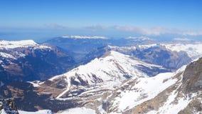Ajardine a vista em Jungfraujoh com fundo do céu azul Foto de Stock