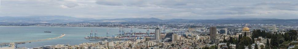 ajardine a vista geral de Haifa e porto e baía do centro de Haifa Imagens de Stock Royalty Free