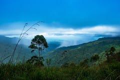 Ajardine a vista na chuva pesada na área de montanha Fotos de Stock Royalty Free