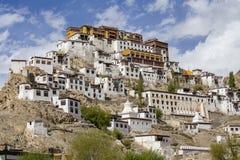 Ajardine a vista na maneira ao monastério budista de Thiksey ou o Thiksey Gompa perto de Leh na estrada de Ladakh, Jammu e Caxemi imagem de stock royalty free