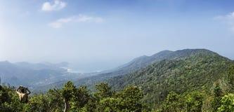 Ajardine a vista na montanha do Ra de Khao - a montanha a mais alta na ilha de Koh Phangan, Tailândia Imagem de Stock