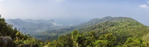 Ajardine a vista na montanha do Ra de Khao - a montanha a mais alta na ilha de Koh Phangan, Tailândia Fotografia de Stock