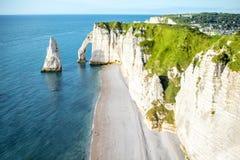 Ajardine a vista no litoral rochoso em Etretat Foto de Stock