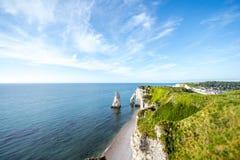 Ajardine a vista no litoral rochoso em Etretat Foto de Stock Royalty Free